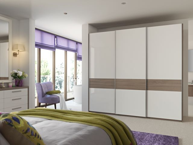 Sliding wardrobe in white gloss