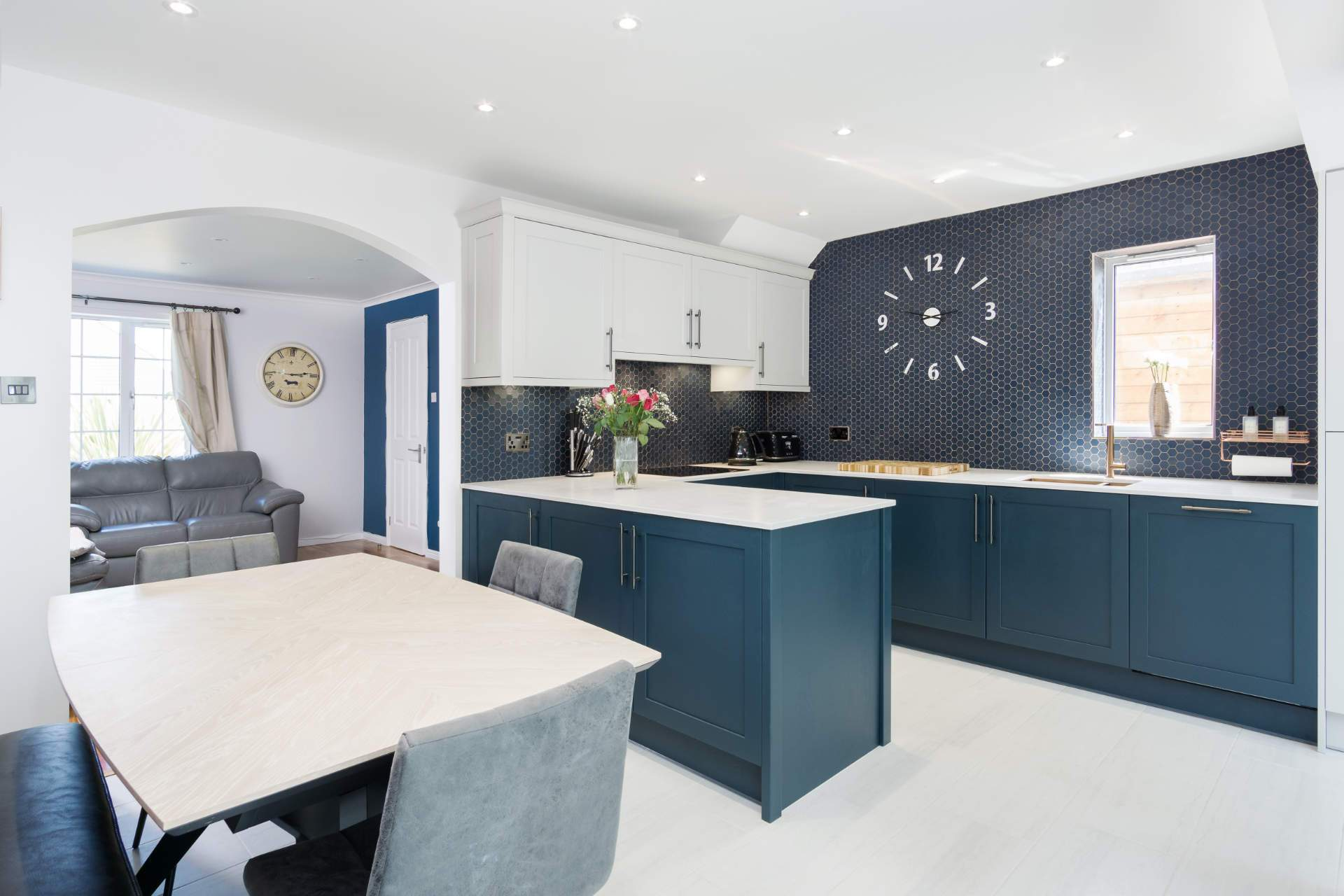 Compact kitchen in marine blue and light grey